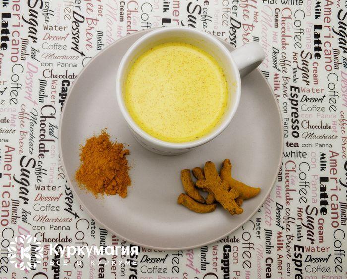 кружка с золотым молоком и куркума