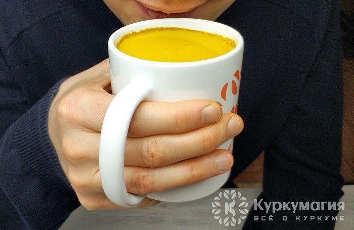 Человек пьет золотое молоко